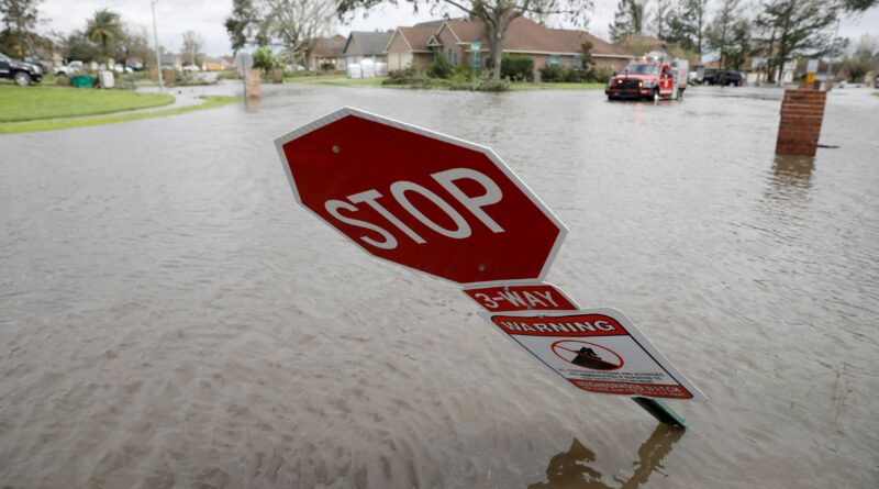 Floods, outages stall oil firms' efforts to restart after Ida